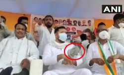 slippers hurled at RJD leader Tejashwi Yadav watch video । बिहार चुनाव: रैली में तेजस्वी यादव पर फें- India TV Paisa
