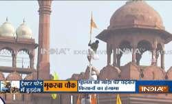 farmer protesters enters red fort waves their flag लालकिले के प्राचीर पर चढ़े प्रदर्शनकारी, जमकर मचा- India TV Paisa