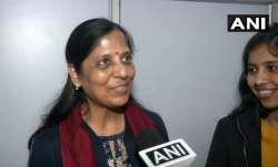 Arvind Kejriwal wife Sunita Kejriwal Coronavirus positive अरविंद केजरीवाल की पत्नी सुनीता केजरीवाल क- India TV Paisa