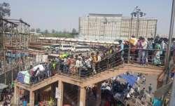 दिल्ली में लॉकडाउन से घबराए प्रवासी मजदूर, बसों के बाहर लटककर घर जा रहे हैं- India TV Paisa