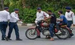 सावधान! मोटरसाइकिल पर बच्चों को बैठाया तो देना होगा भारी चालान, लॉकडाउन में पढ़ें यह देखें ट्रैफिक न- India TV Paisa