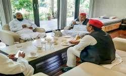 Lalu Prasad Yadav meets Mulayam Singh Yadav Akhilesh tweets मुलायम सिंह यादव से मिले लालू प्रसाद, चा- India TV Paisa
