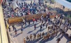 गाजीपुर बॉर्डर: सर्विस रोड खाली कर रहे हैं किसान, राकेश टिकैत बोले- अब दिल्ली जाएंगे- India TV Paisa