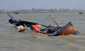 पश्चिमी अफ्रीका के तट पर नौका पलटने से 27 लोगों की मौत