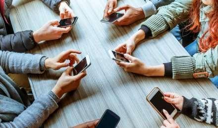 क्या सोशल मीडिया ने आपके रिश्ते भी खराब किए हैं? New Year 2020 के पांच वादे सुधारेंगे रिश्ते