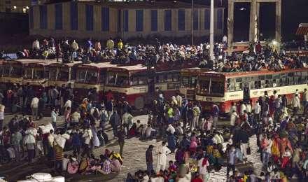 कैसे हारेगा Corona? घर लौटने के लिए दिल्ली के आनंद विहार ISBT पर उमड़ा प्रवासी मजदूरों का सैलाब