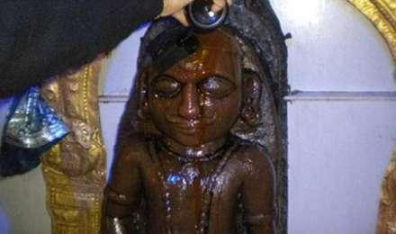 उल्का पिंड से बनी है शनिदेव की ये मूर्ति, रावण की कैद से शनि को छुड़ाकर यहीं लाए थे हनुमान