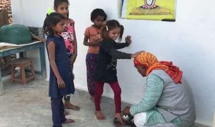 पहले स्कूल की छात्राओं के पैर धोते हैं, फिर पढ़ाना शुरू करता है ये शिक्षक, 23 सालों से जारी है सिलसिला
