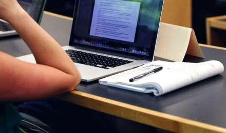 पेरेंट्स ने कहा- जब कक्षाएं ऑनलाइन ली हैं, तो परीक्षाएं भी ऑनलाइन हों
