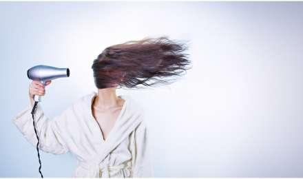 रूखे बेजान बालों से हैं परेशान, घर पर बनाएं हेयर मास्क और लाएं बालों में चमक