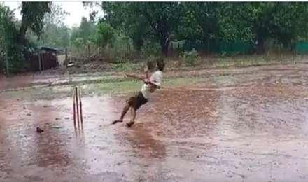 भरी बारिश में धोनी जैसा हैलीकॉप्टर शाट खेला तो हुआ ये हाल, लोग बोले : क्रेश लैंडिंग हो गई