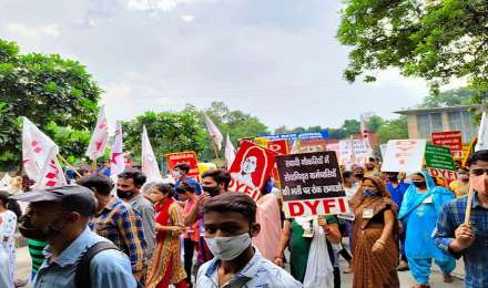 केजरीवाल के घर के बाहर वामपंथियों का प्रदर्शन, लगाया बड़ा आरोप
