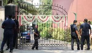 दीया मिर्जा के घर के बाहर फूलों से की गई सजावट