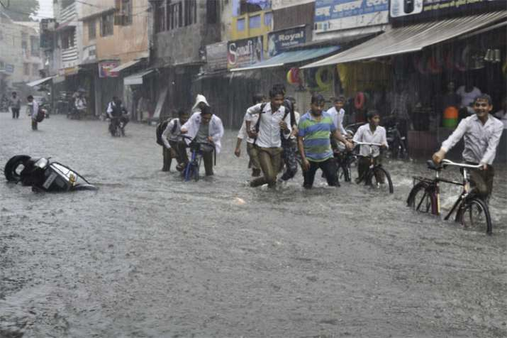 मेरठ में भी घुटनों तक डूब गई सड़क | PTI