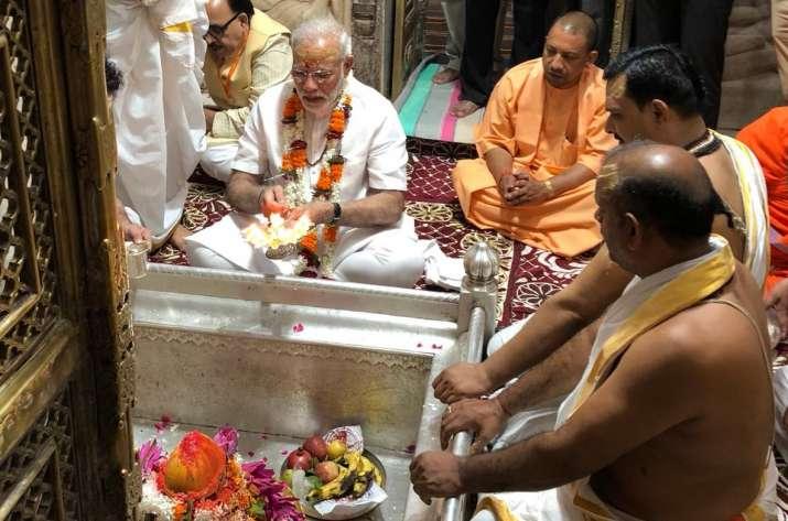 विश्वनाथ मंदिर में पूजा-अर्चना के बाद आधी रात को काशी की गलियों में घूमे पीएम मोदी