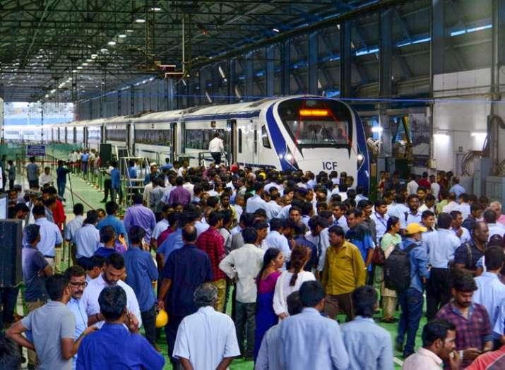 PHOTOS: देखें भारत की पहली इंजन-रहित सबसे तेज ट्रेन, शताब्दी से कम समय में पहुंचाएगी