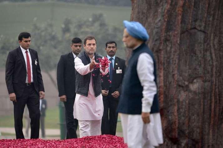 दादी इंदिरा गांधी को श्रद्धांजलि अर्पित करते कांग्रेस अध्यक्ष राहुल गांधी, सामने से गुजरते हुए पूर्व