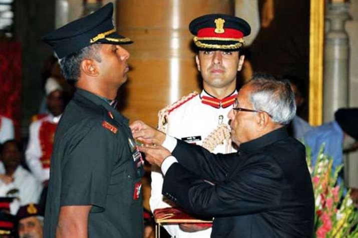 कीर्ति चक्र से सम्मानितअनूपने 2012 में जम्मू-कश्मीर में 3आतंकवादियोंको मारगिरायाथा।