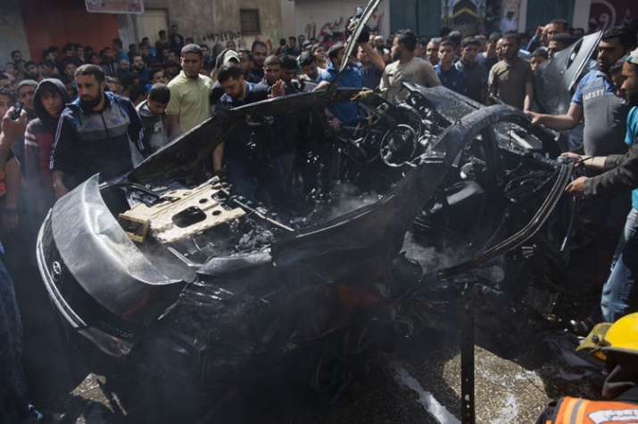 इस्राइल के हवाई हमले में तबाह हुई एक कार   AP