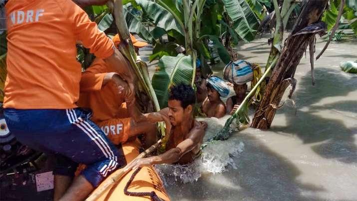 असम के मोरीगांव में लोगों को बचाती एनडीआरएफ की टीम