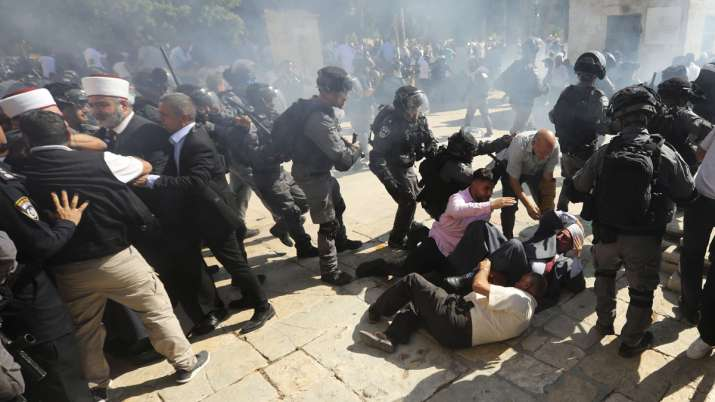 Palestinians and Israeli police clash at Jerusalem holy site, 14 injured