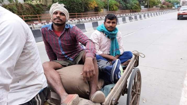 रिक्शा ठेली लेकर दिल्ली से बिहार निकले मजदूरी करने वाले लोग