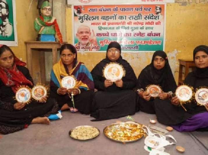वाराणसी में मुस्लिम महिलाओं ने पीएम मोदी की तस्वीर को भाई मानते हुए बांधी राखी, खिलाई मिठाई