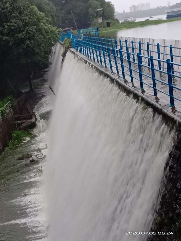 मुम्बई का पवई तलाव आज सुबह भरकर ओवर फ्लो होने लगा