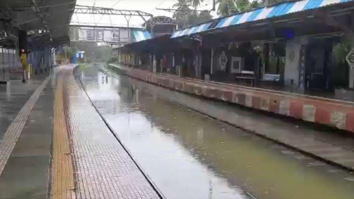 मुंबई के चूनाभट्टी स्टेशन के रेल ट्रैक पर भी जमा है