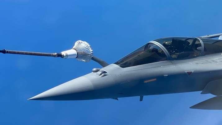 Rafale can refuel in air watch pictures । तस्वीरों में देखिए कैसे राफेल आसमान में ही भर लेता है ईंधन