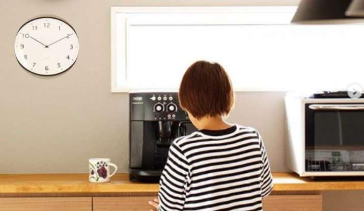 Vastu Tips: दुर्भाग्य का कारण बन सकती है दीवार में लगी घड़ी, घर पर लगाने से पहले जरूर जान लें ये बात