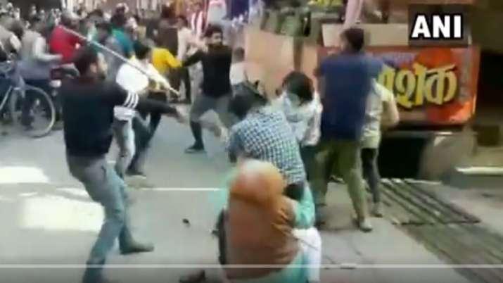 VIDEO: चाट ग्राहक के लिए सरेआम बाजार में जमकर चले लाठी-डंडे
