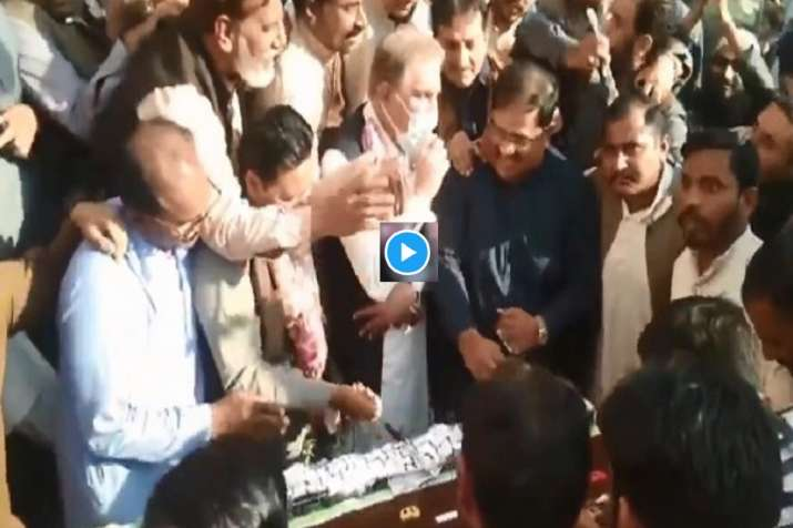 Pakistan fighting for Cake Video Shah Mahmood Qureshi Program