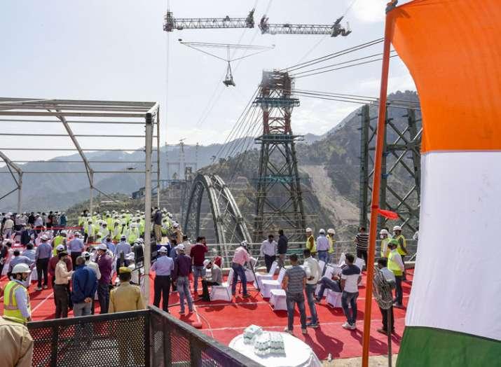 चिनाब नदी पर बन रहे दुनिया के सबसे ऊंचे रेलवे पुल के आर्क का निर्माण कार्य पूरा, देखें तस्वीरें