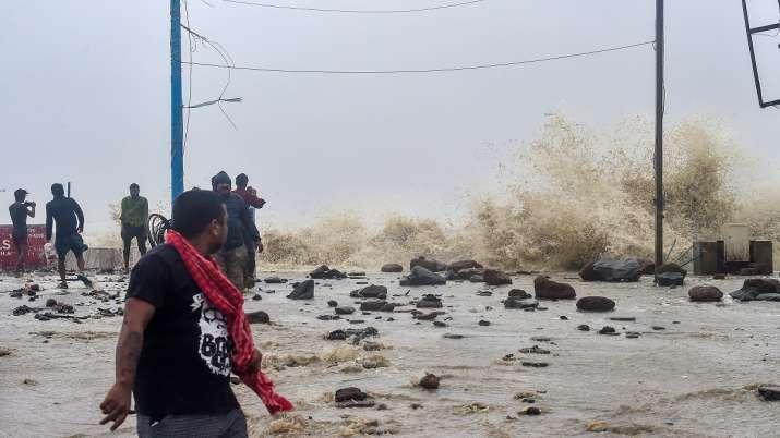 Cyclone Yaas: लैंडफाल की प्रक्रिया जारी, तटवर्ती इलाकों में तेज हवा के साथ भारी बारिश