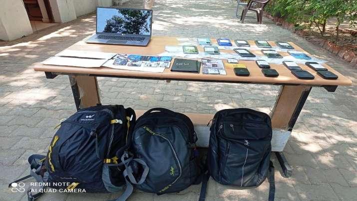 चीटर्स के पास से 15 मोबाइल फोन, 39 सिम कार्ड, 12 बैंक एकाउंट्स, एक लैपटॉप, 3 वाईफाई डोंगल बरामद किए