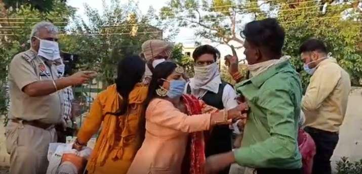 शादी में थी ज्यादा भीड़, पुलिस पहुंची तो फुर्र हुए दूल्हा-दुल्हन