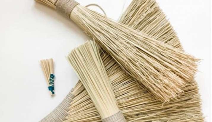 Vastu Tips: घर पर बिल्कुल भी इस तरह से ना रखें झाड़ू वरना होगा धन का नुकसान, साथ ही ध्यान रखें ये बा