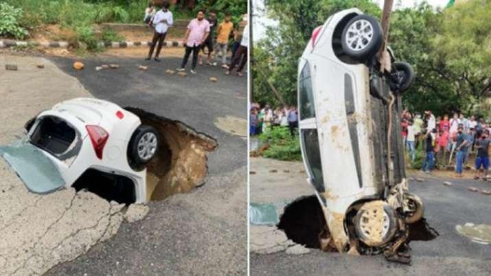 VIDEO: सड़क के गड्ढे में समा गई पूरी कार, दिल्ली में एक दिन की बारिश से हुआ ये हाल