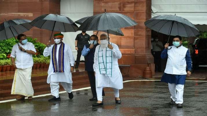 मानसून सत्र शुरू होने से पहले मीडिया को संबधित करने के लिए आते प्रधानमंत्री मोदी