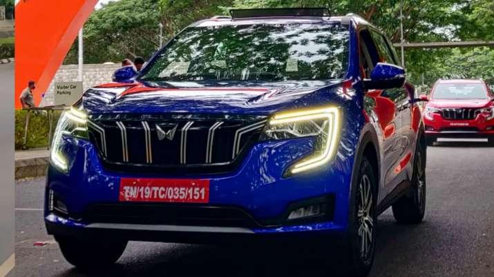 महिंद्रा XUV700 की लॉन्चिंग के बाद अब बताई कीमत, सड़क पर देखिए कैसी दिखती है ये कार