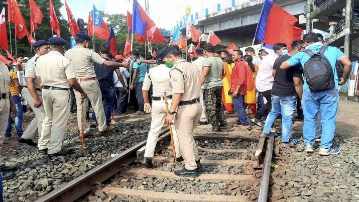 वाम मोर्चा समर्थकों ने IIT खड़गपुर-हिजरी रेलवे लाइ