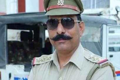 शहीद इंस्पेक्टर सुबोध कुमार के परिजनों की मदद को आगे आई UP पुलिस, दिये 70 लाख रुपये- India TV Hindi