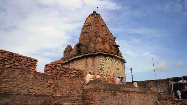कराची का 200 साल पुराना लक्ष्मी नाराययण मंदिर मुस्लिम युवाओं के लिए आजीविका का एक स्रोत  - India TV Hindi