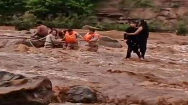 Police Rescue 2 Girls Stuck In Chhindwara's Pench River Who Went ...