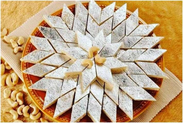 Hariyali Teej 2020 recipe Kaju Katli Know how to make Kaju Katli at home  Zayaka-Recipe: हरियाली तीज पर इस बार घर पर बनाएं हलवाई जैसी काजू कतली,  बनाने में लगेंगे सिर्फ 30