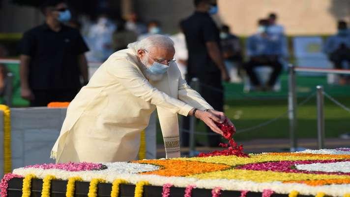 PM Modi Rajghat pays tribute to mahatma gandhi and lal bahadur shastri at  vijay ghat| पीएम मोदी ने राजघाट पर बापू को और विजय घाट पर लाल बहादुर  शास्त्री को दी श्रद्धांजलि -
