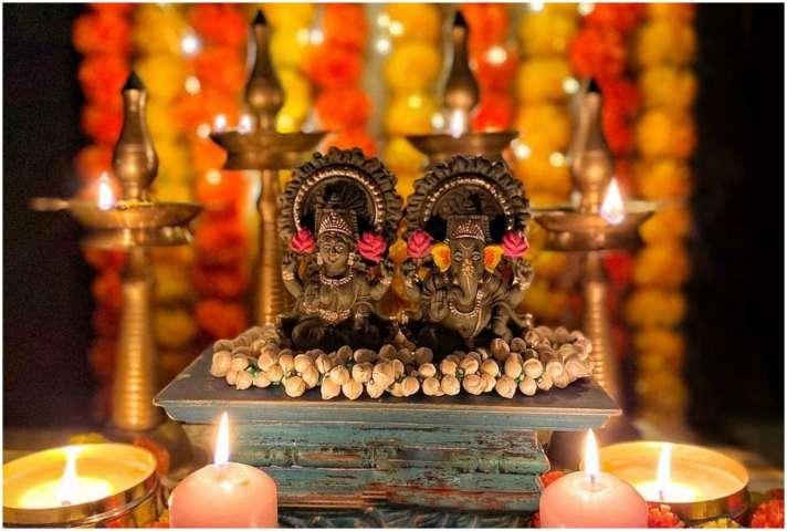 Diwali 2020 laxmi ganesh pujan vidhi Laxmi Ganesh Pujan Samagri list in  hindi-Diwali 2020: दिवाली के दिन लक्ष्मी-गणेश की इस तरह पूजा करने से हमेशा  बरसेगी कृपा, जानें विधिवत तरीका ...