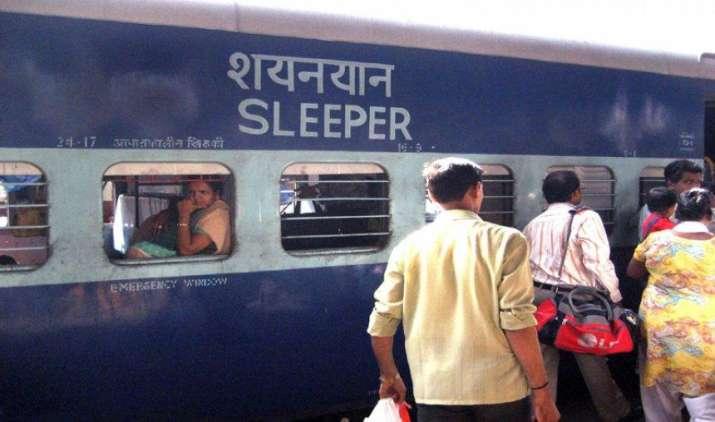 Train में मोबाइल, लैपटॉप या कीमती सामान चोरी होने पर अब रेलवे करेगा ऐसे भरपाई, जल्द शुरू होगी ये नई योजना- India TV Paisa