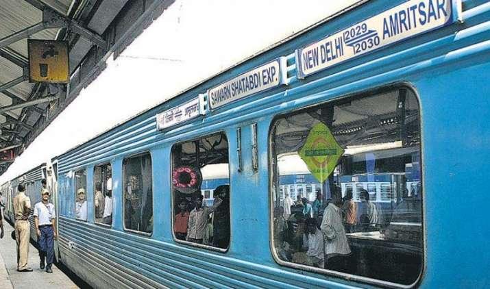 केंद्रीय कर्मचारियों के लिए खुशखबरी : LTC के लिए राजधानी, शताब्दी का डायनामिक किराया भी होगा स्वीकार्य- India TV Paisa